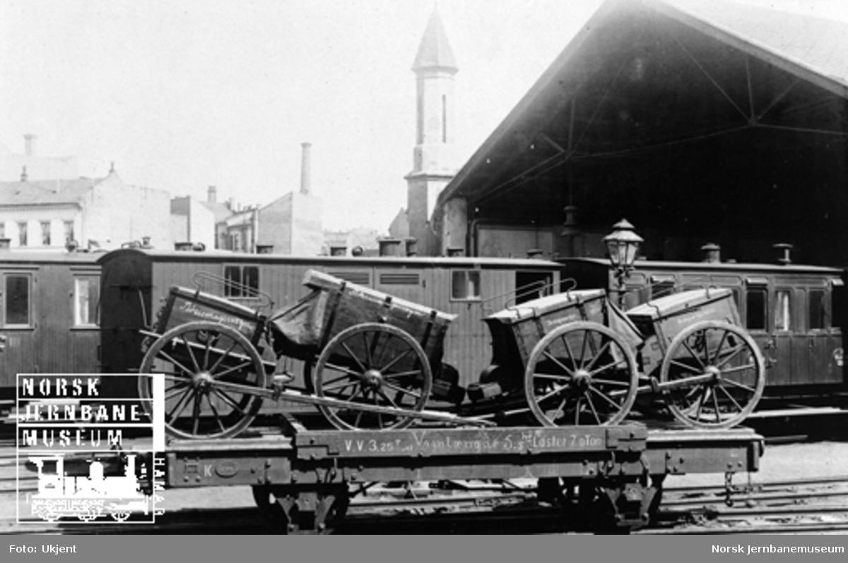 Randsfjordbanens vogn litra K nr. 120 lastet med artillerimateriell; bøssemakervogn og beslagsm.