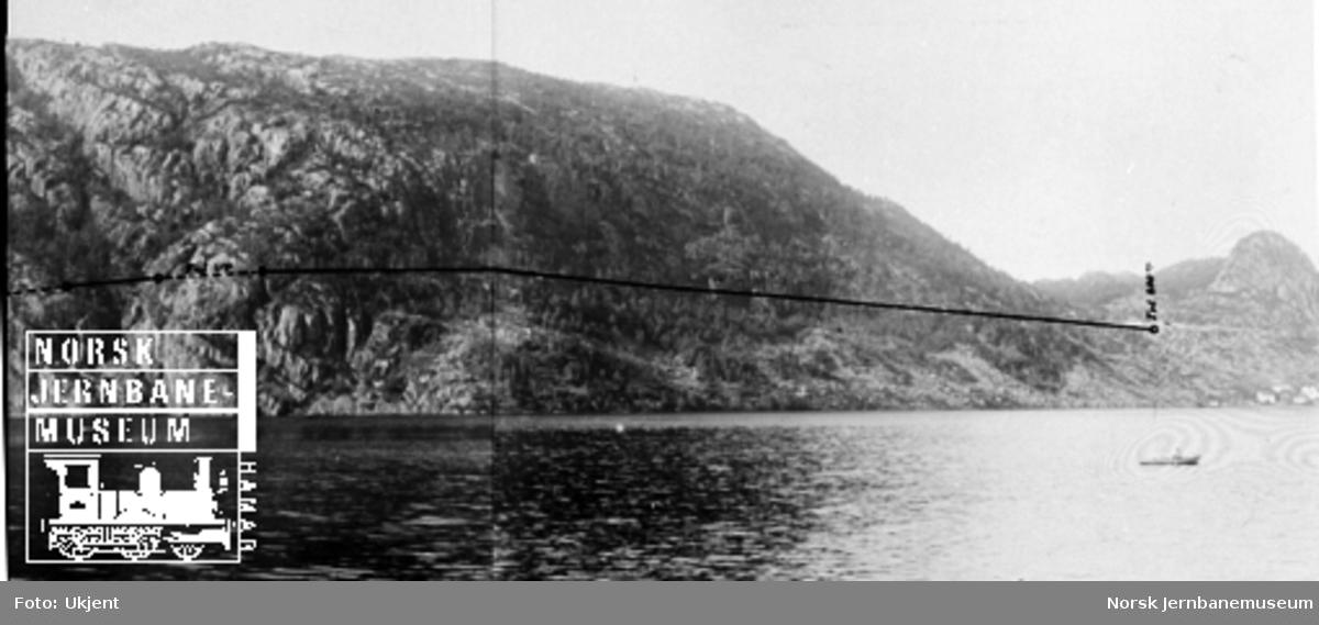 Fra Flekkefjordbanen før anlegget, parti med fjellene ved Logavatnet; jernbanelinjen er inntegnet med svart tusj