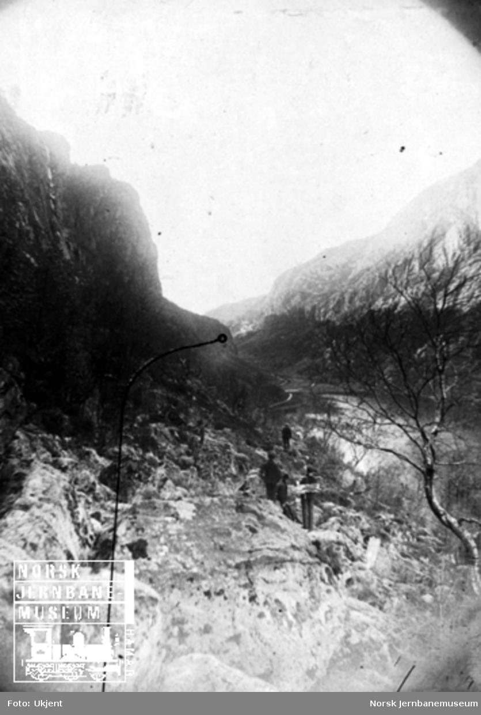 Fra Flekkefjordbanen før anlegget, parti fra Drangsdalen innover mot Øiktofjell; jernbanelinjen er inntegnet med svart tusj