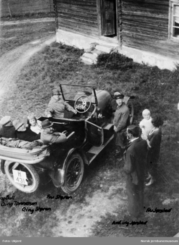 Personbil H-431 med ingeniører med fruer, på Grivi, 4.avdelings kontor