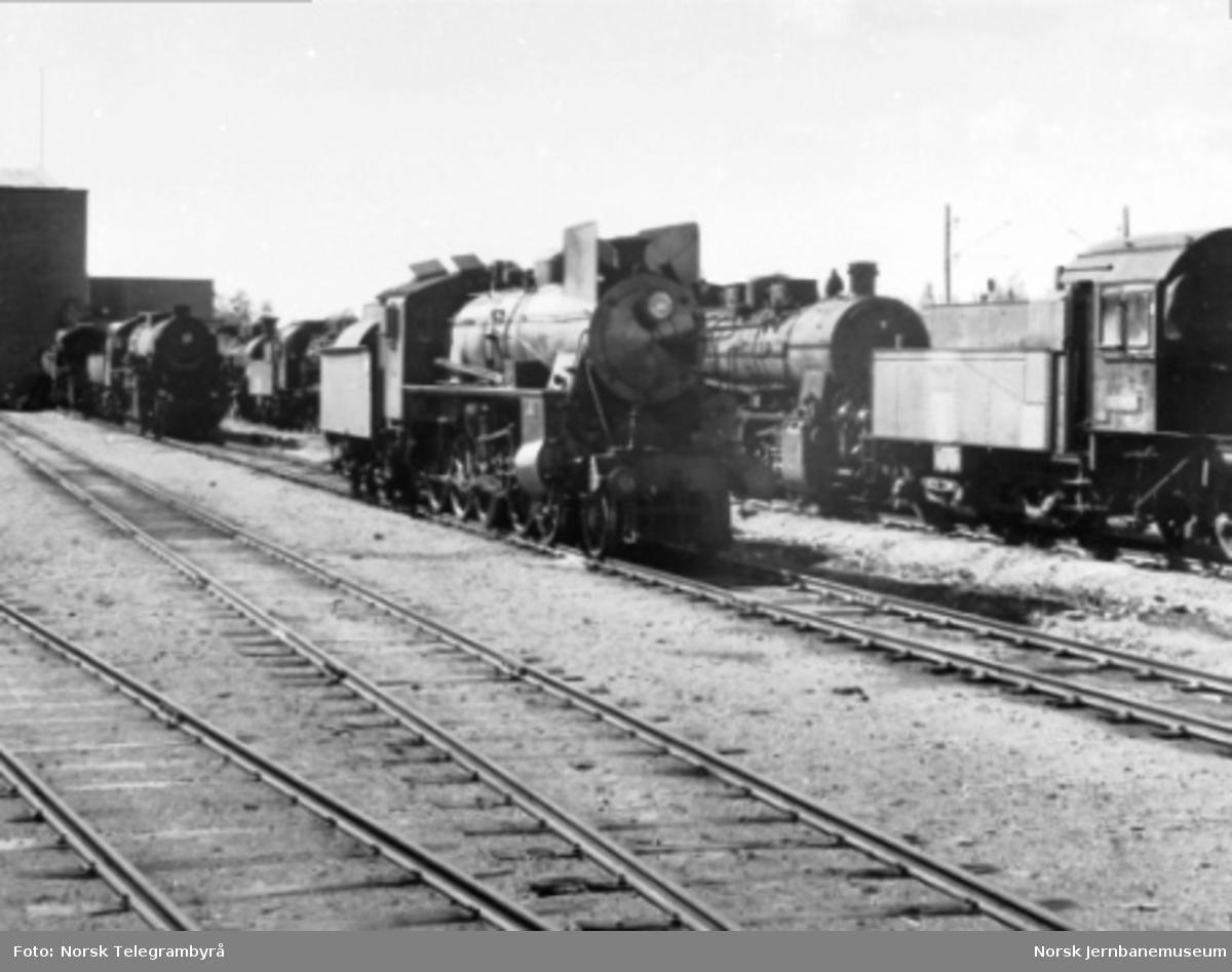 Damplokomotiv type 26c (svenskbygd) med hensatte type 61a lok i bakgrunnen
