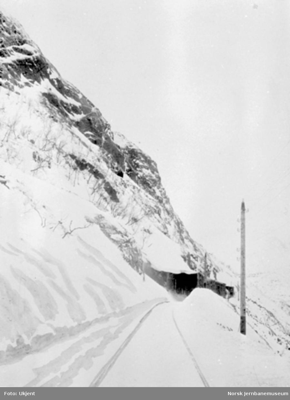 Snøoverbygg i øvre ende av Katterat tunnel i Norddalen