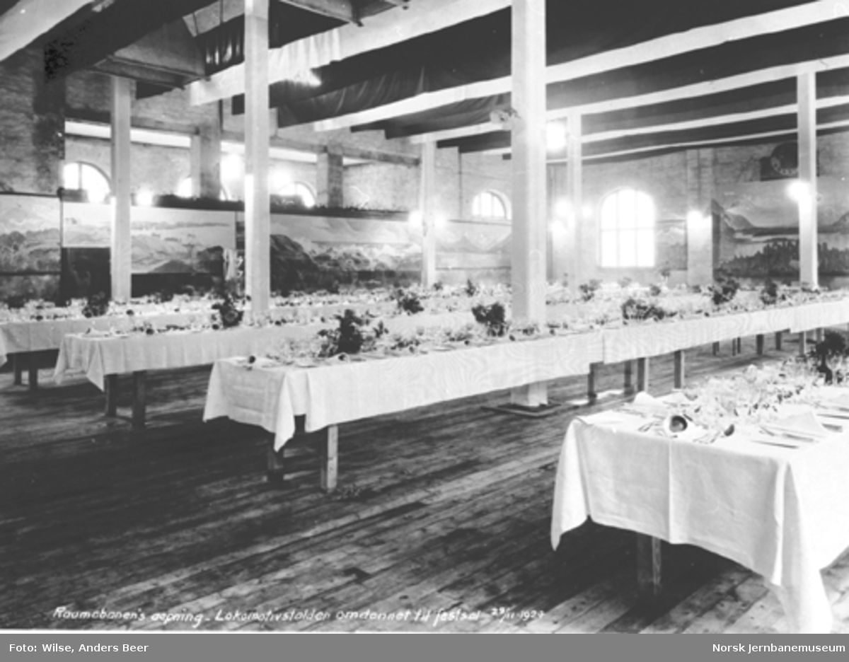 Pyntede bord til festmiddagen i Åndalsnes lokomotivstall ved banens åpning 29. november 1924
