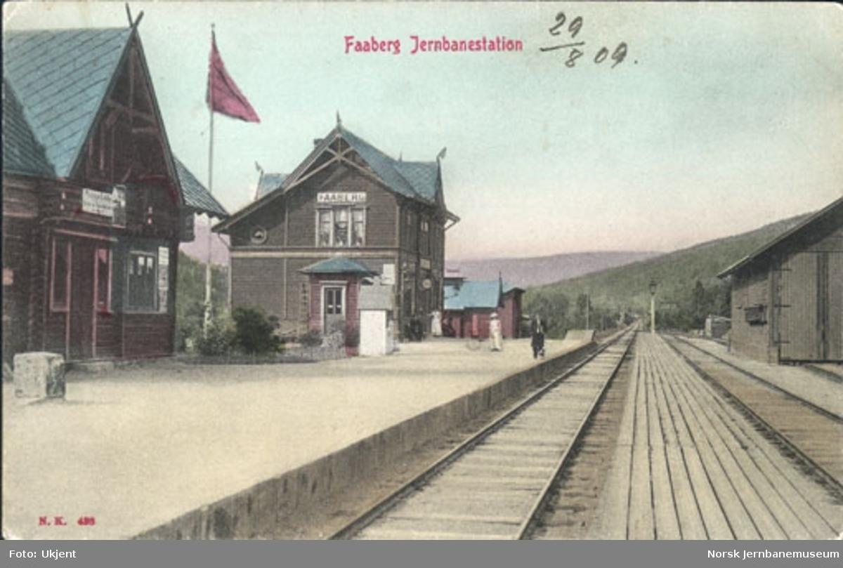 Fåberg stasjon med uthus, stasjonsbygning og godshus