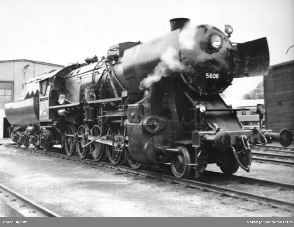 """Damplokomotiv type 63a nr. 5606 """"stortysker"""" på Hamar stasjon"""