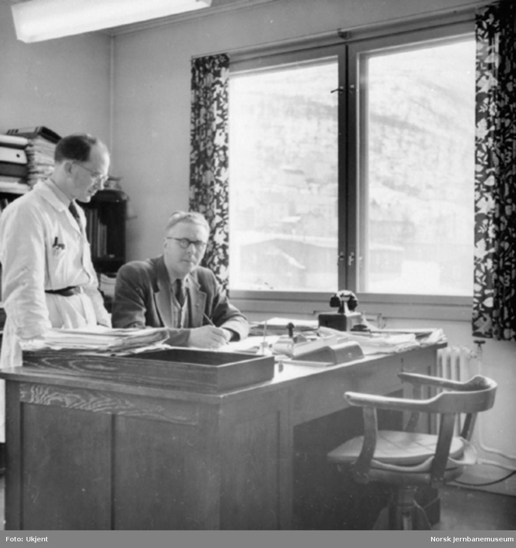 Inspektør E. V. Svendsen og avdelingsingeniør Kristian Normann på maskininspektørens kontor