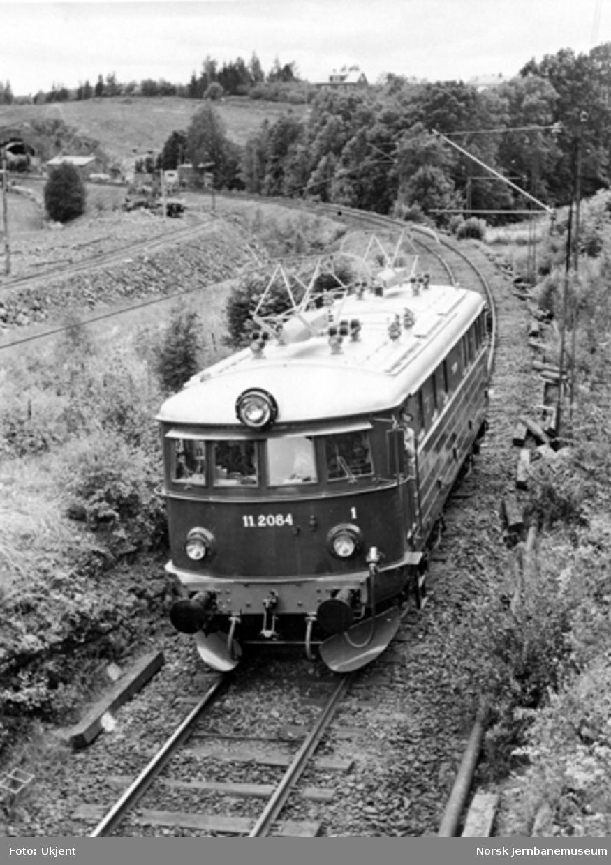 Elektrisk lokomotiv El 11 nr. 2084 under prøvekjøring øst for Asker, hvor det samtidig pågår arbeider med dobbeltsporet