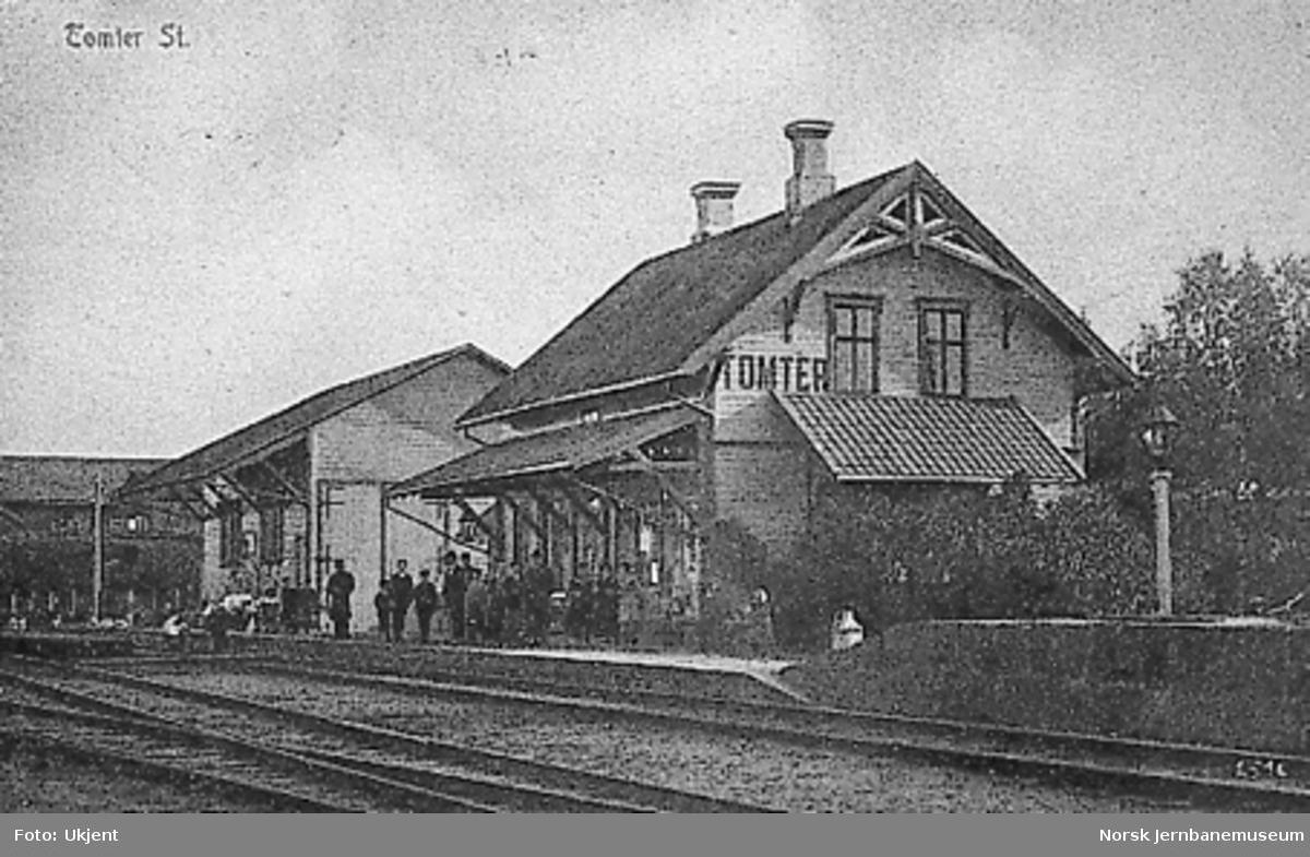 Tomter stasjon med stasjonsbetjeningen m.fl. på plattformen