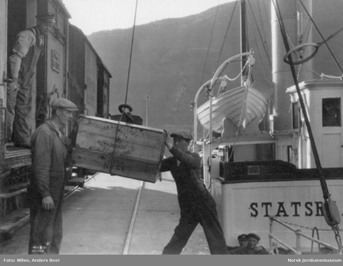 Omlasting av fiskekasser fra båt til kjølevogner på Åndalsnes stasjon