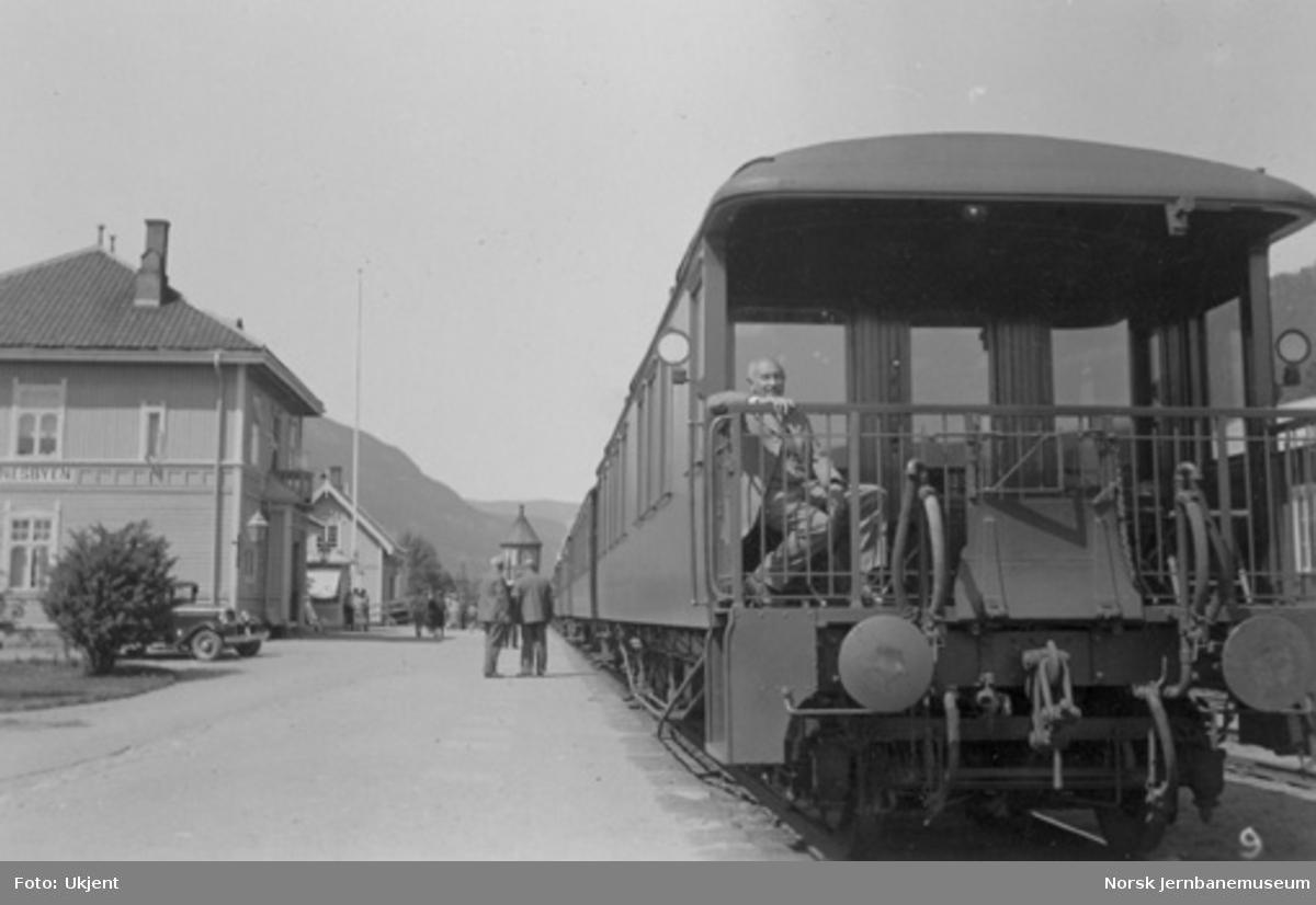 Hovedstyrets salongvogn litra ABo nr. 118 bakerst i persontog på Nesbyen stasjon