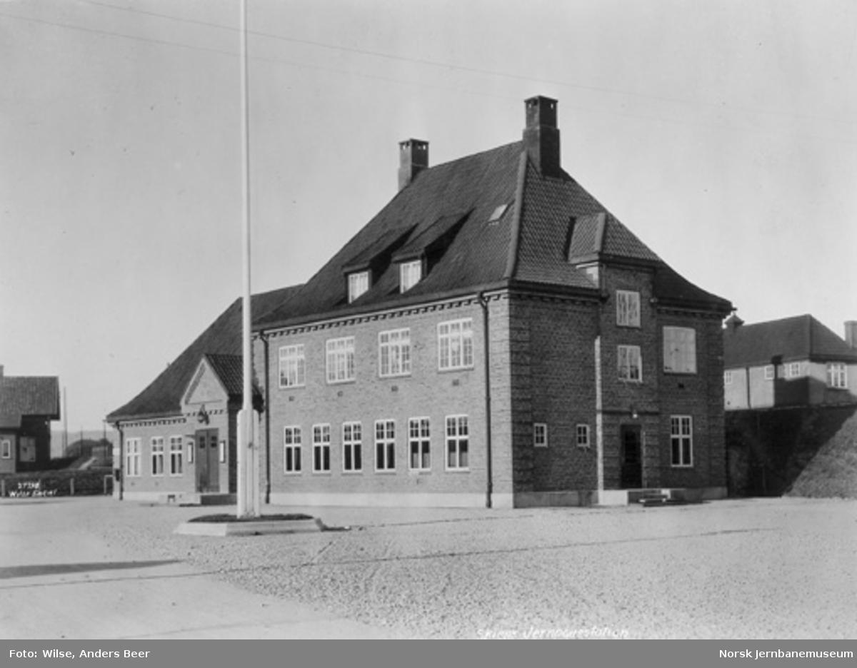 Stasjonsbygningen på Skien N fra bysiden