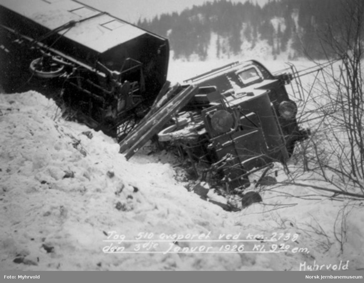 Avsporet tog 510 ved km 27,38 3. januar 1926 kl. 21.20 : veltet elektrisk lokomotiv type El 1