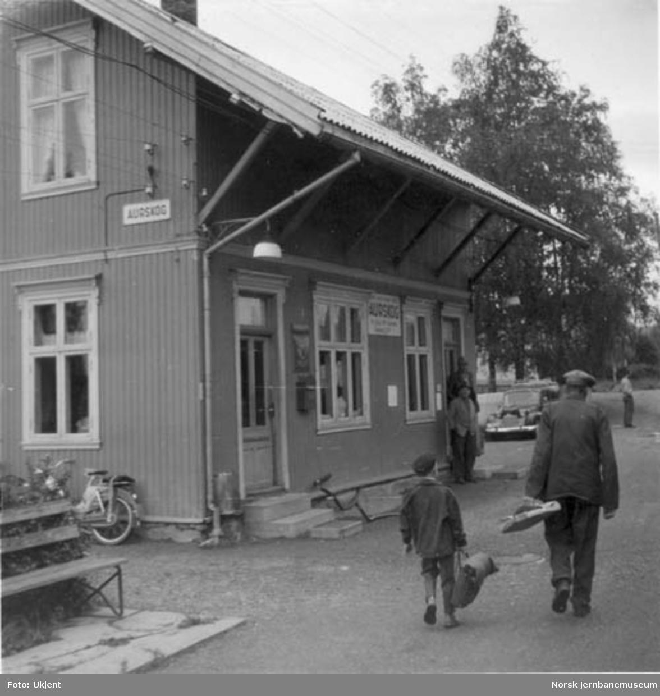 Aurskog stasjonsbygning med reisende