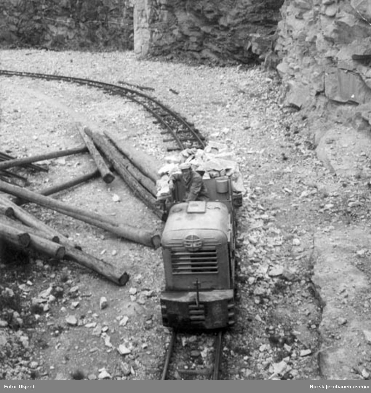 Steintransport med et Levahn 4,5 tonns anleggslokomotiv i Grønbogen pukkverk