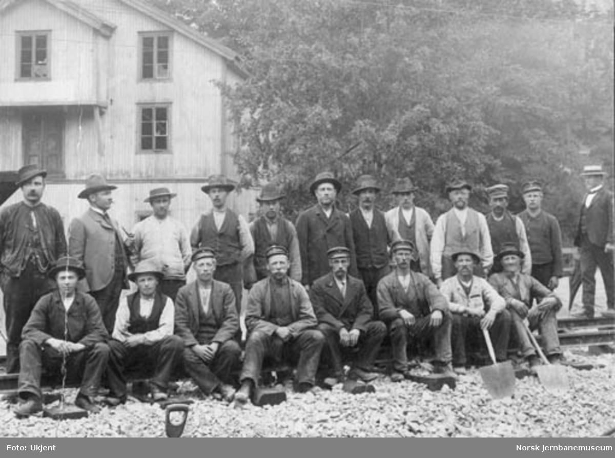 Gruppebilde av et arbeidslag foran Bryn mølle, hvor Hovedbanens dobbeltspor ble sammenkoblet natten 1. - 2. september 1904