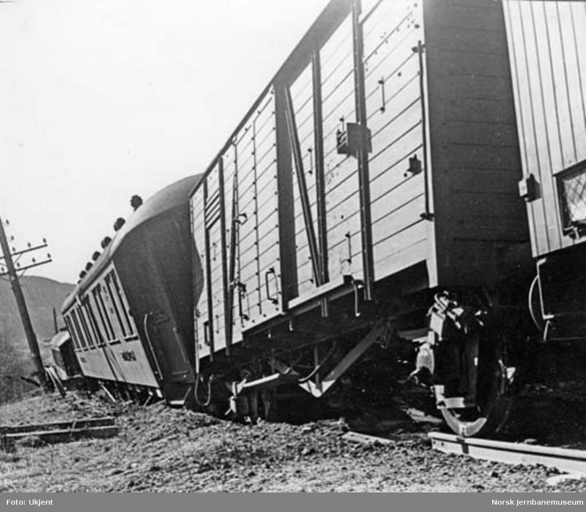Avsporede vogner i nattog 306 ved km 229 mellom Losna og Fåvang - toget sett bakfra. Neste vogn, litra H, er også avsporet