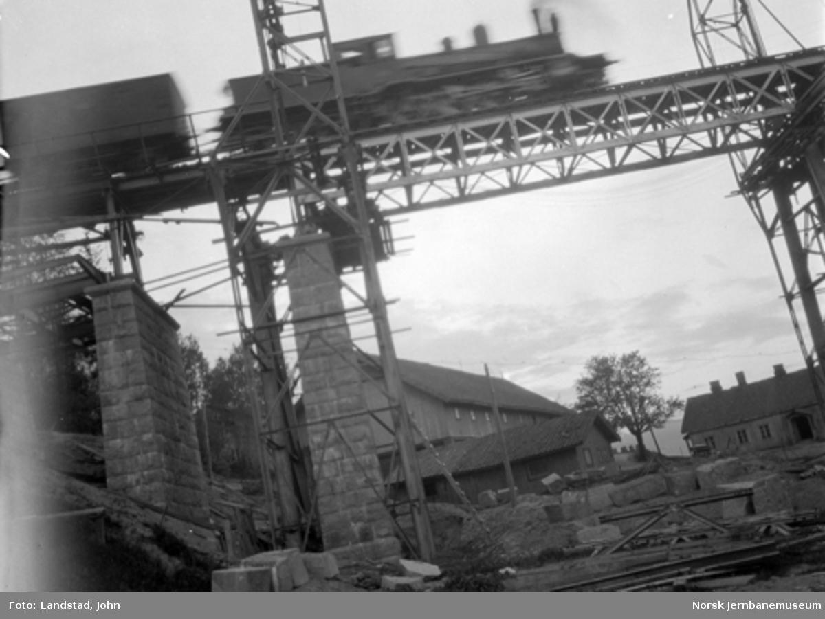 Minnesund bru : Utskifting av vestre 20 meter spenn med tog som passerer på brua