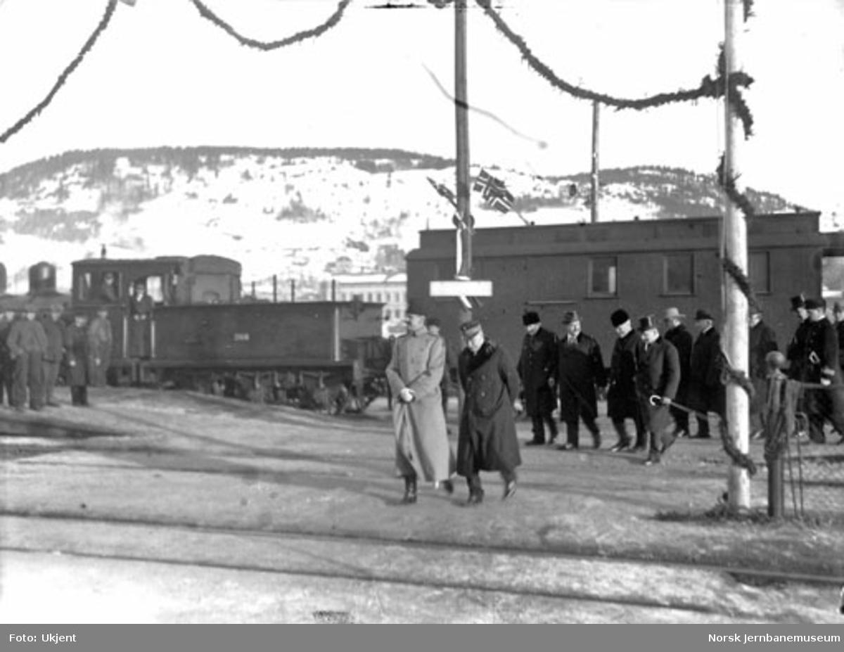 Kong Haakon ankommer Drammen for åpning av den bredsporede Drammenbanen; på vei til åpningen av strekningen Kongsberg-Hjuksebø