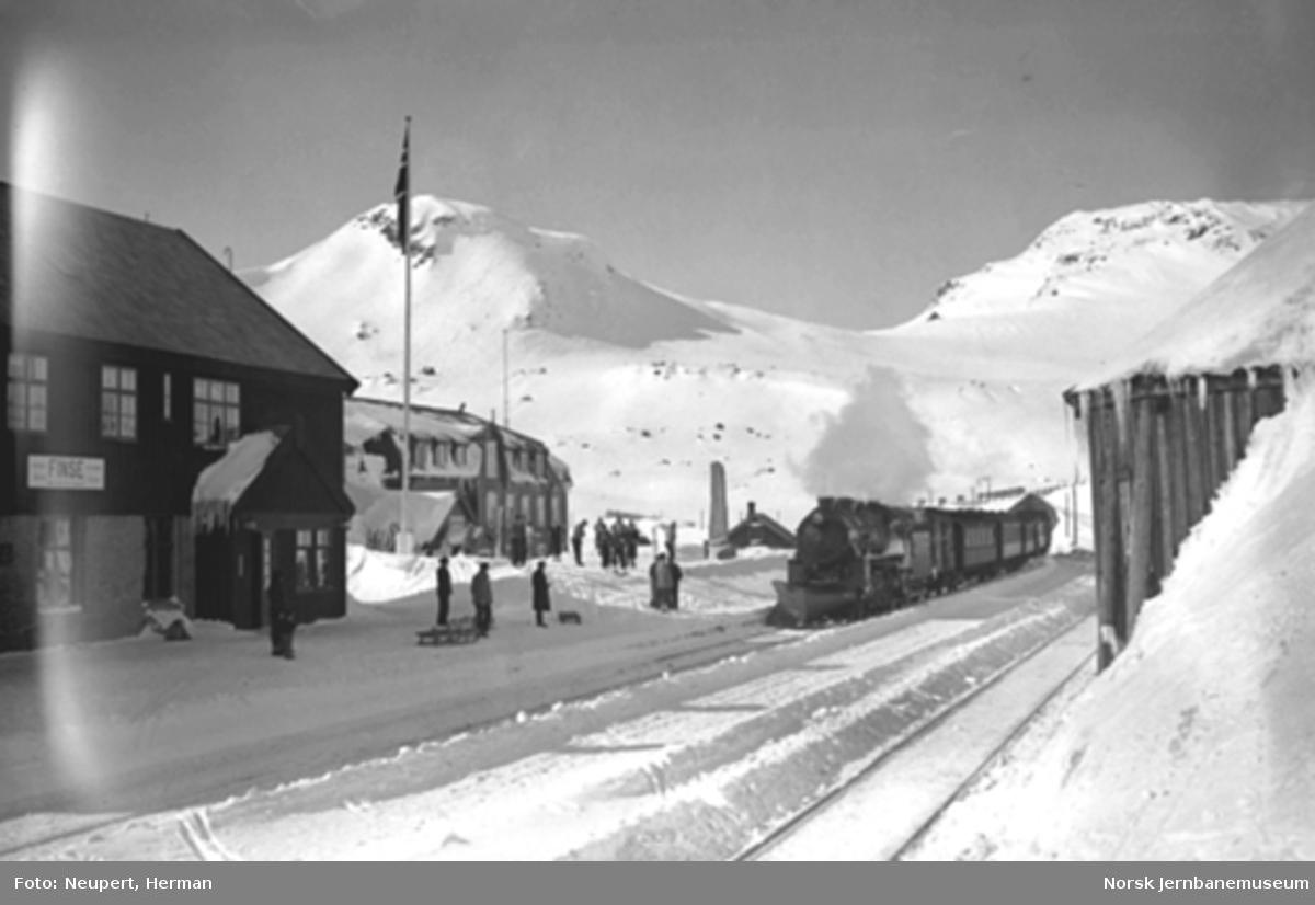 Damplokomotiv type 31b ankommer Finse stasjon vestfra
