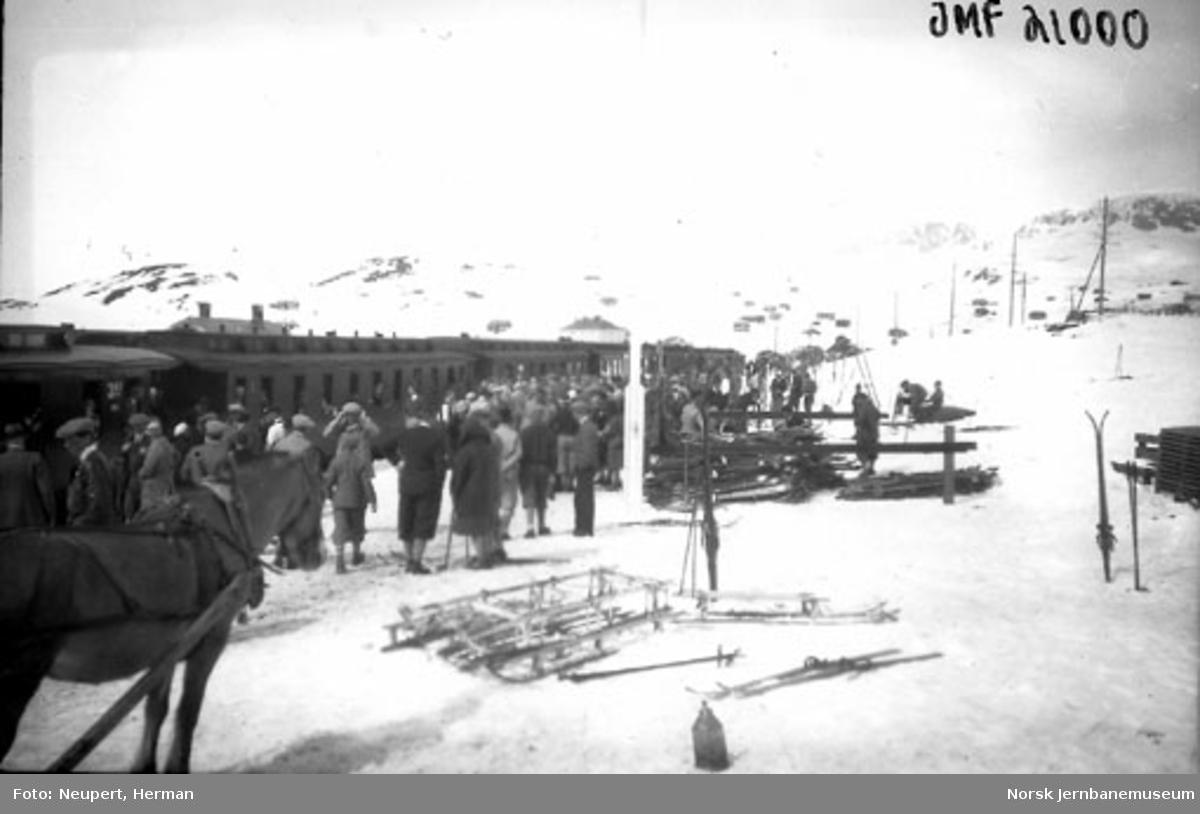 Skiturister på Ustaoset stasjon