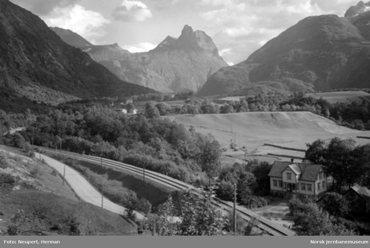 Raumabanens trasé mellom Romsdalshorn og Åndalsnes