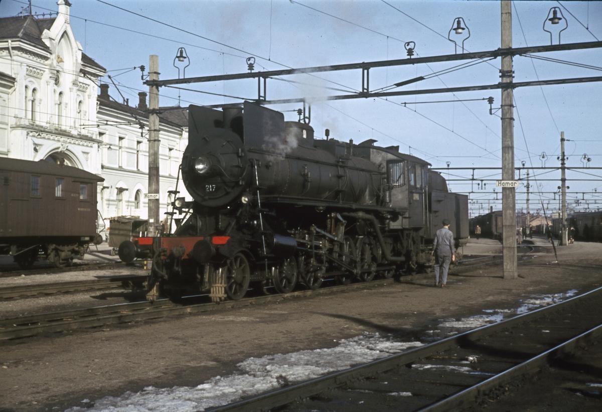 Damplokomotiv type 26a nr 217 har koblet fra togstammen på Hamar stasjon etter å ha ankommet med ekstra påsketog fra Rørosbanen.