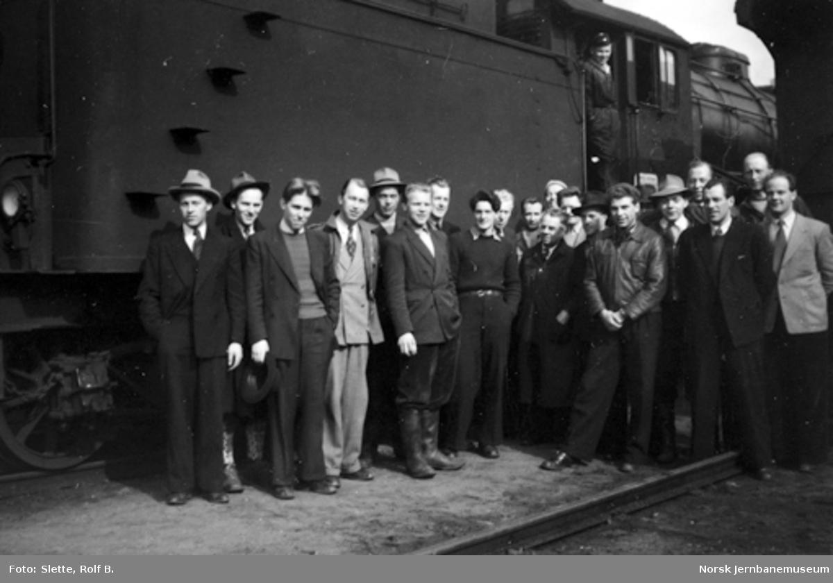 Ukjent gruppe oppstilt foran damplokomotiv type 31a nr. 320