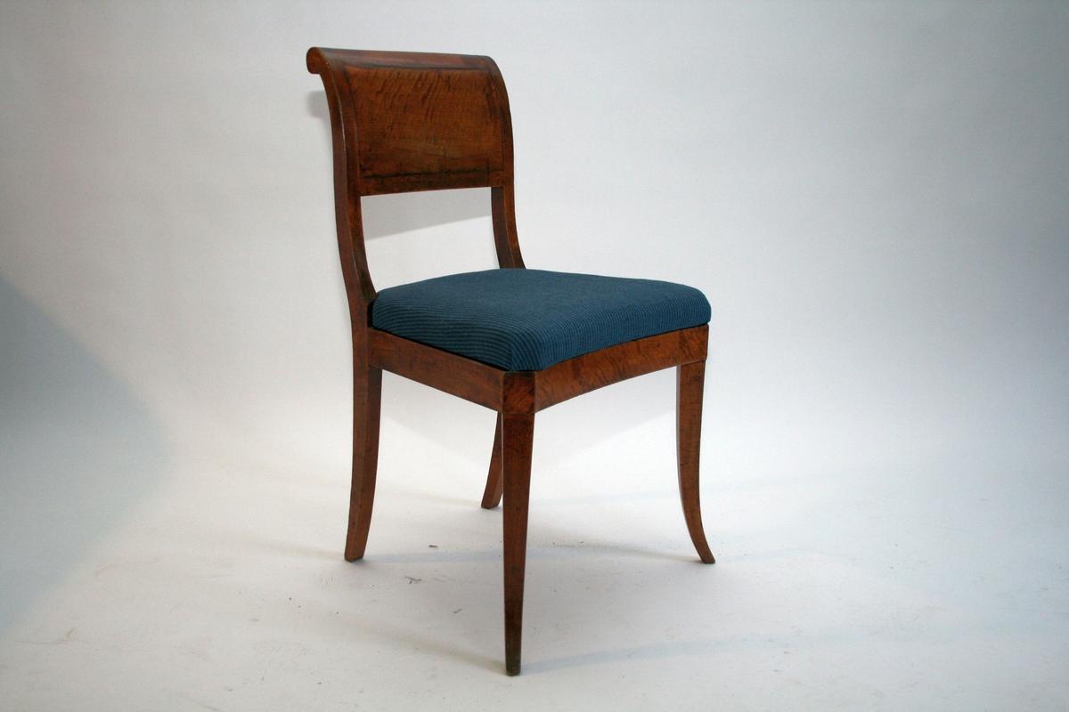 En av seks stoler  Bjerk empire-stoler med blått ulltrekk.