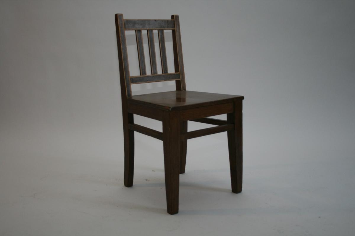 2 brunmalte stoler m/gul strekdekor, 3 spiler i ryggen.