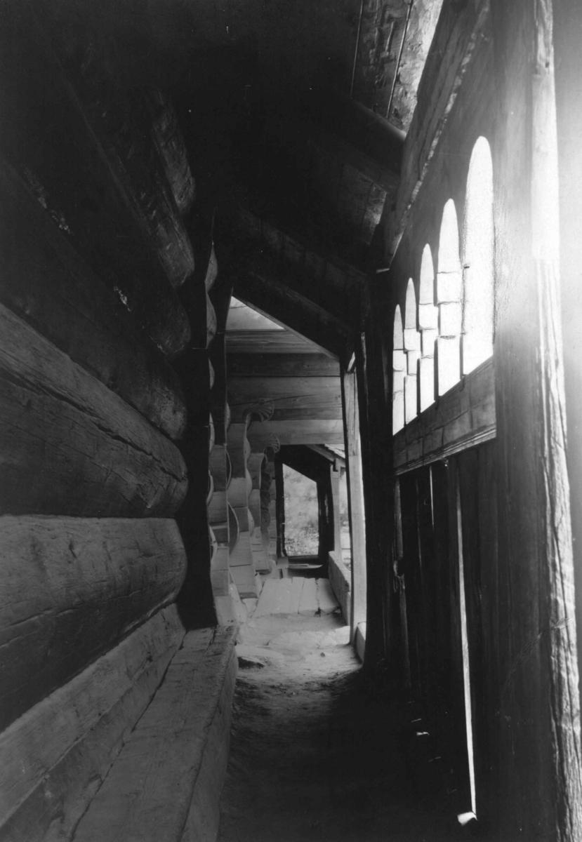Fra Setesdalstunet på Norsk folkemuseum. Foran: Åmlidstua. Bak: Oseloftet og Kjelebergstua. Fotografert i Setesdalstunet på Norsk folkemuseum, 1924 eller før.