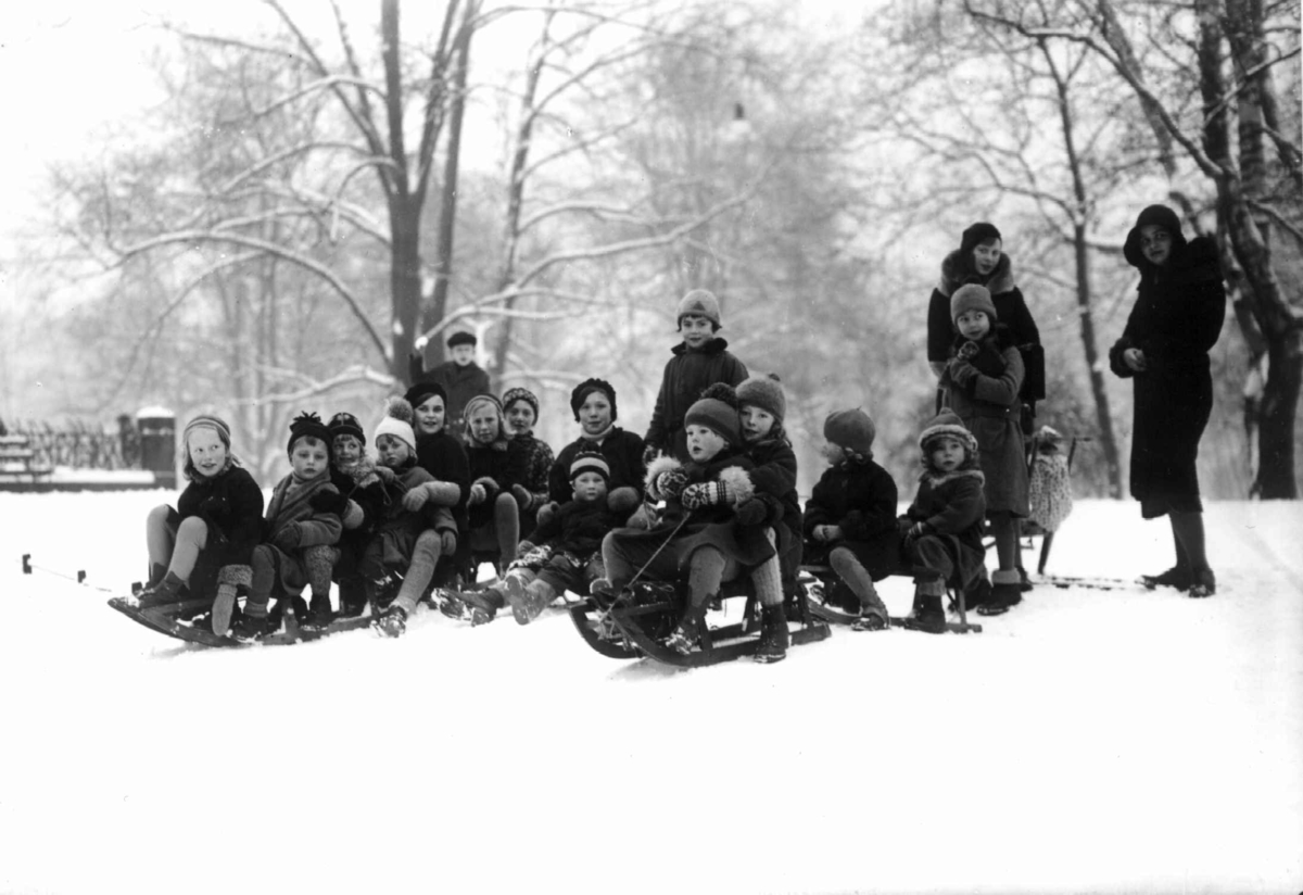 Oslo. Aking. 1930-1931. Barn og voksne på kjelke. Vintermotiv. Park.