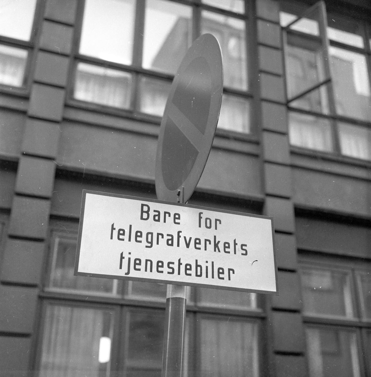 """Trafikkskilt """"Bare for telegrafverkets tjenestebiler"""", Oslo."""