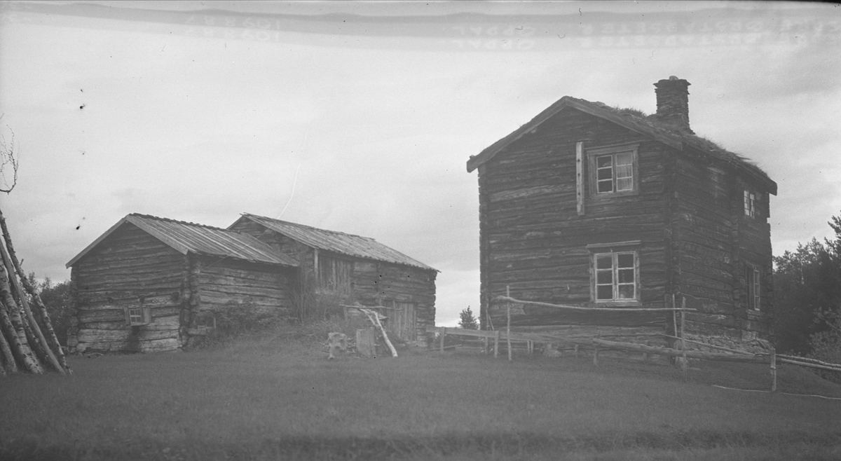Gårdstun, Nedre Ørstadsætra, Vognill, Oppdal, Sør-Trøndelag. Fra album. Fotografert 1936.