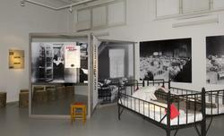 Utstillingsplakater med bilder fra Bastøy skolehjem. Sengene