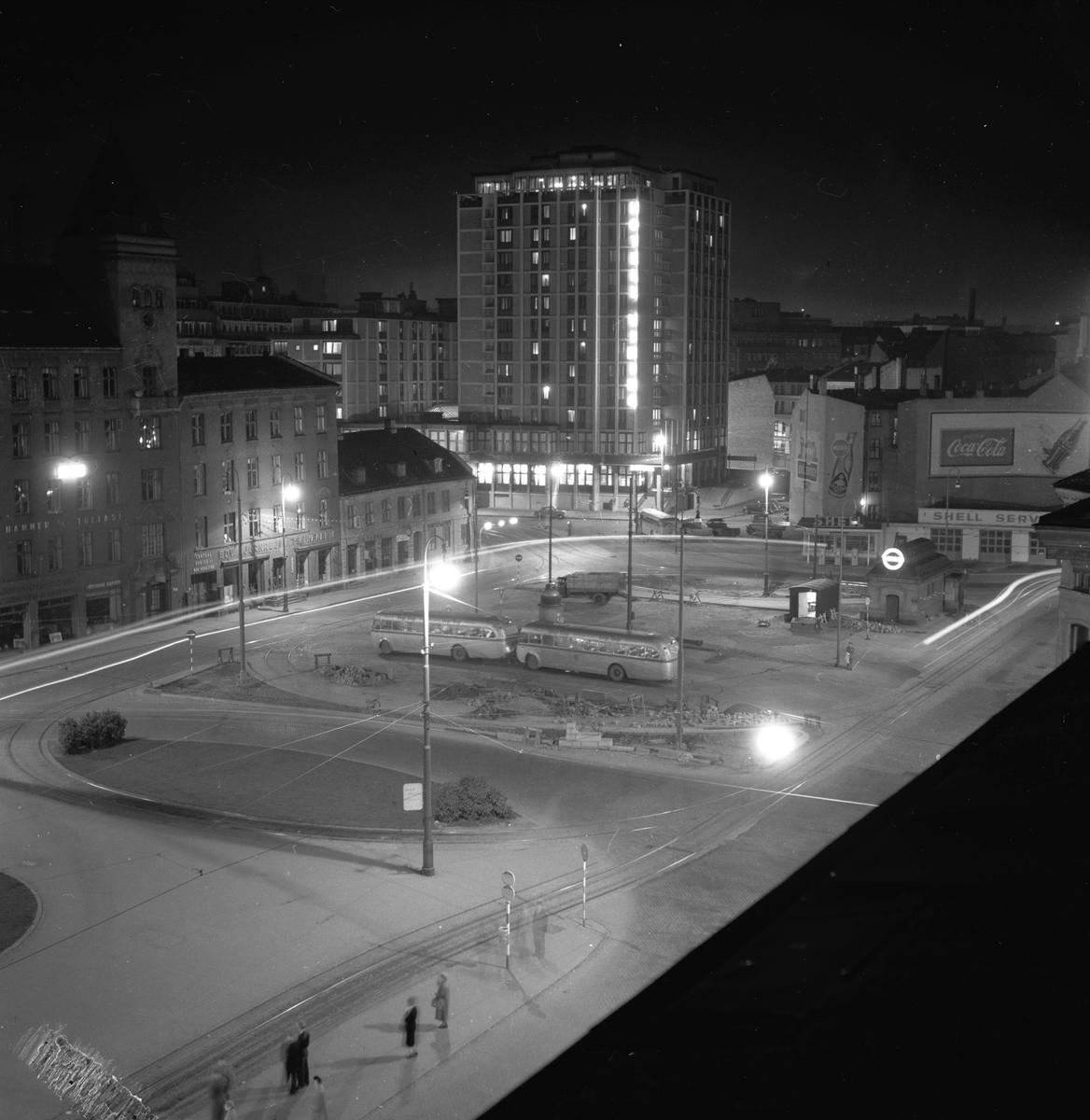 Jernbanetorget, Oslo, 1953. Hotell Viking. Gatebilde og bygninger.