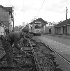 Strømsveien, Oslo, 20.12.1956. Skinnearbeid.