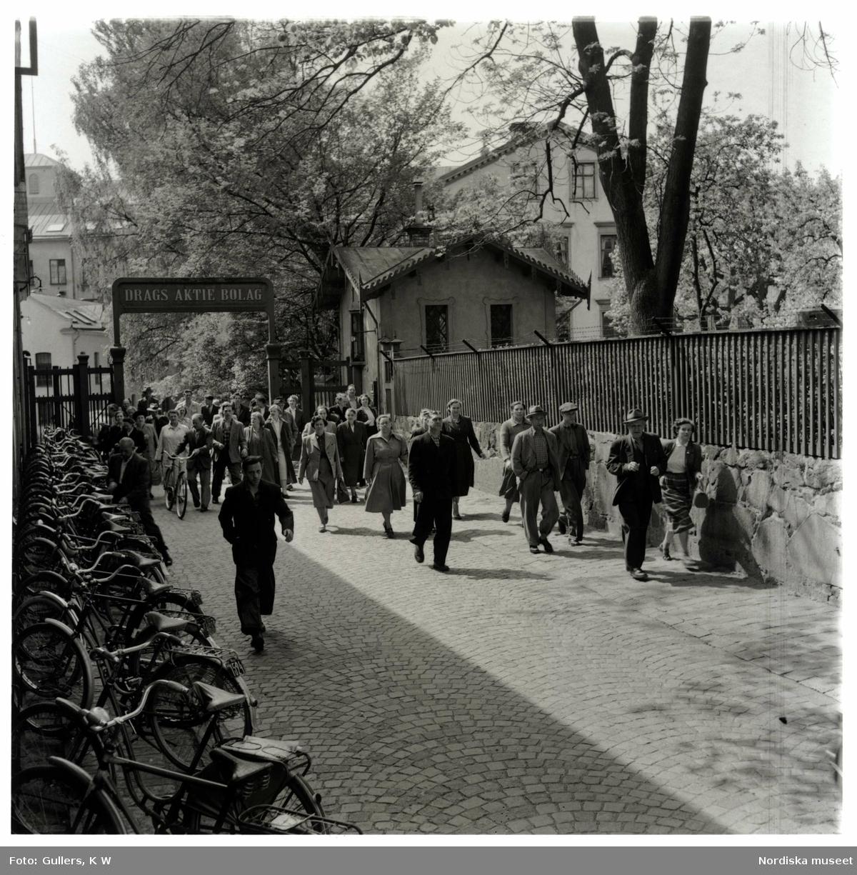 Människor på väg hem från sitt arbete, Norrköping.