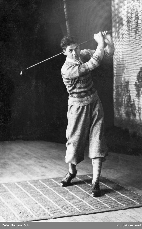 Fotografi på en golfutrustad man. Nordiska Kompaniet.