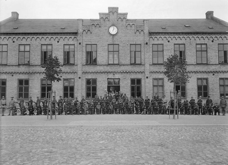 Första världskriget.  Landstormen står uppställda framför Centralskolan.