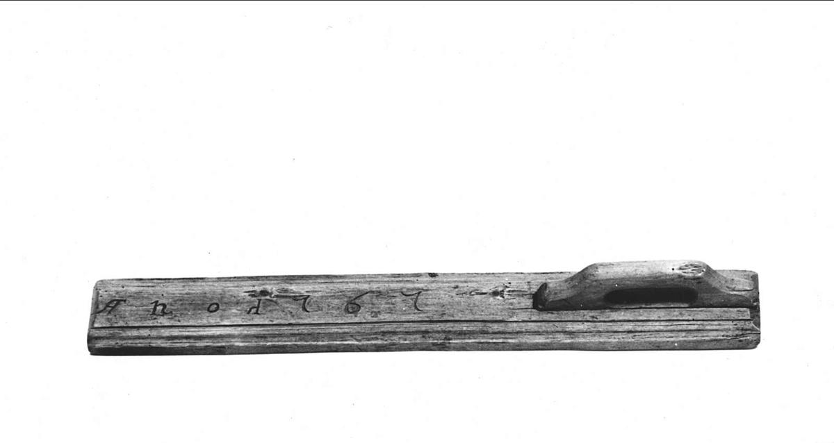 Mangelbräde av trä. Inristat: Ano 1767. Handtaget intappat.
