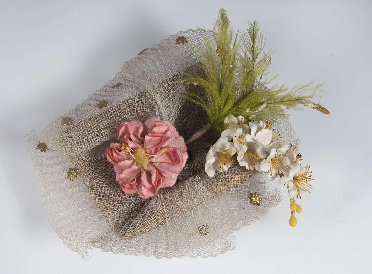 Bröllopskaramell av mönstrat guldpapper och vit tyll, rosa och vit blomma.