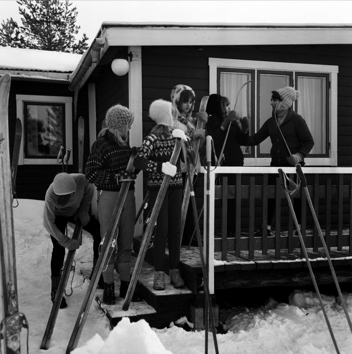 Flickor från Frälsningsarméns Scoutförbund i Tierp tillbringar några dagar av sportlovet i scoutstugan i Gillberga
