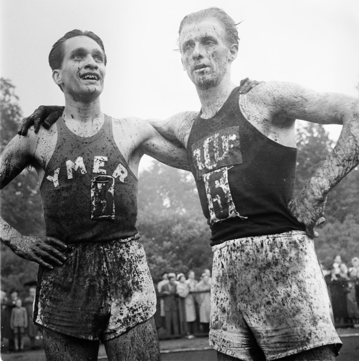 Gösta Jacobsson och Bertil Albertsson efter 10 000-metersloppet på Studenternas Idrottsplats