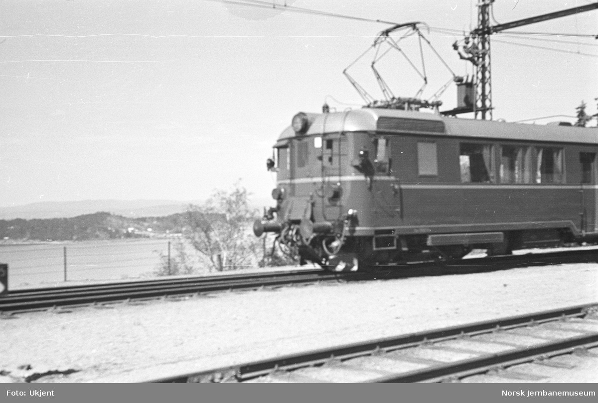 NSB elektrisk motorvogn type 65b (105b) på Ljan stasjon