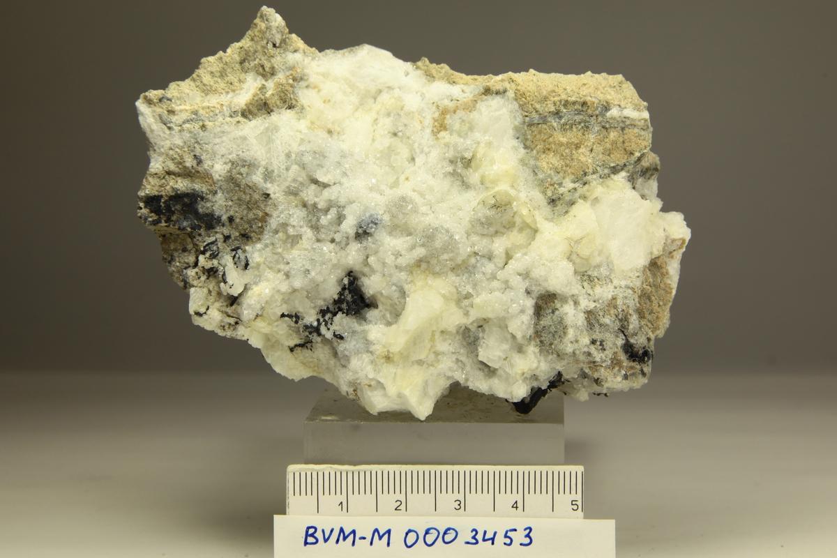 Acanthite, sekundære krystaller. Trådsølv, apofyllitt mikrokrystaller, kalsitt. Norske Løve, ca. 80 m opp fra Klausstollen.