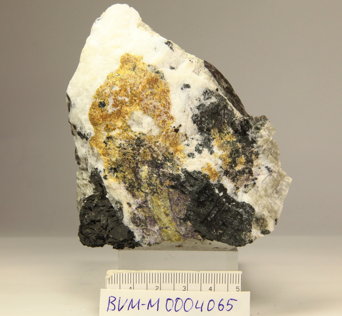 Zirsilitt-(Ce), orangebrunt aggregat. Feltspat, biotitt, nefelin, flusspat, cancrinitt(?). Sagåsen gruve, Mørje.