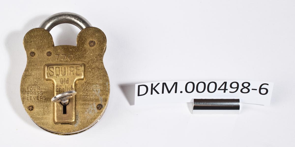Hengelås med ovalt låsehus som er innsvingt øverst, under bøylen. Låsen har tilhørende nøkkel og klaff til å dekke nøkkelhullet.