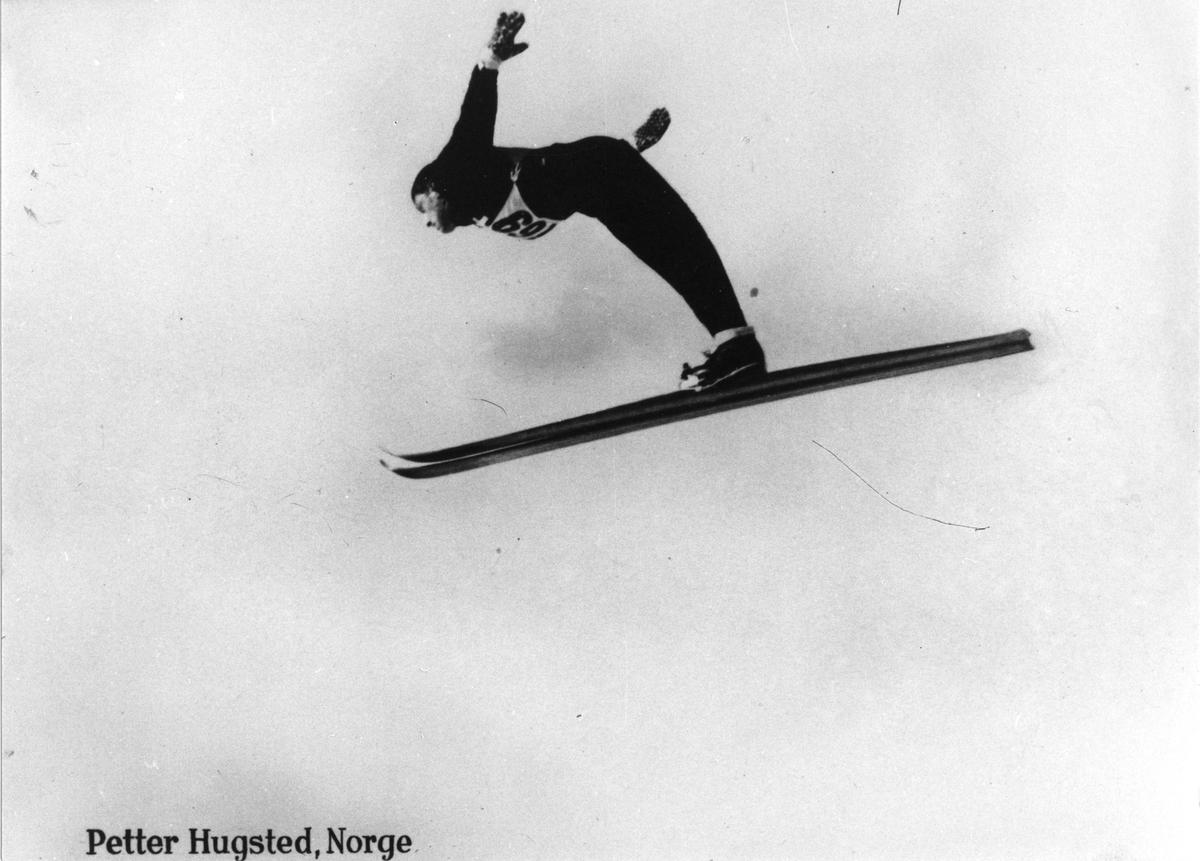 Petter Hugsted hopper i Hannibalbakken 1946. Petter Hugsted in action at the Hannibalbakken jumping hill in 1946.