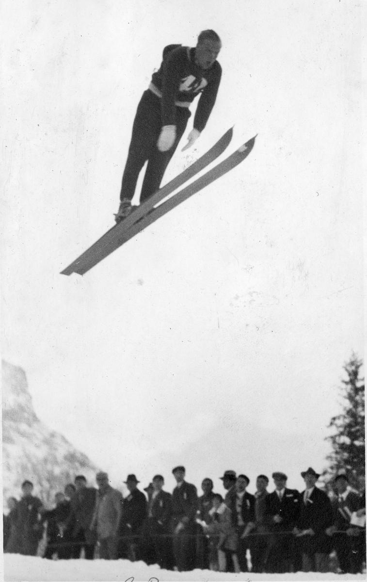 Sigmund Ruud i svevet. Sigmund Ruud in action.