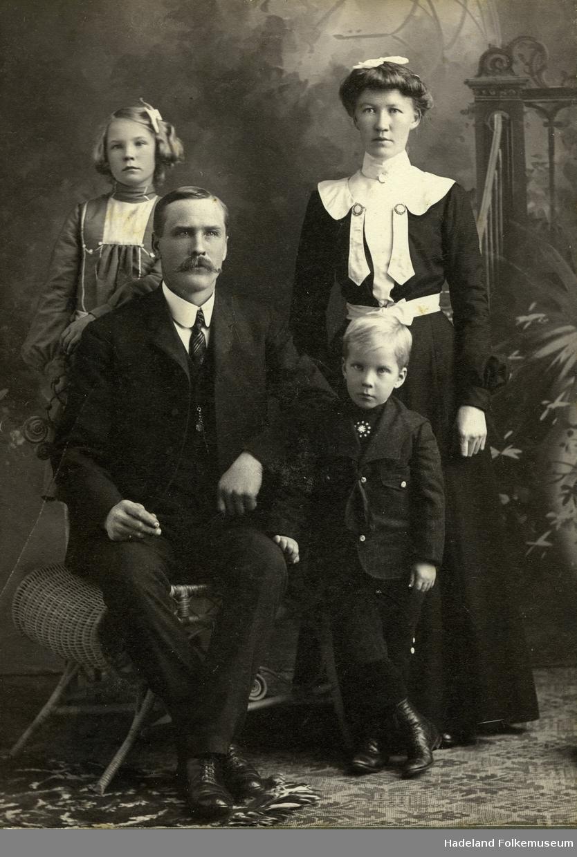 Familie bestående av mor, far, sønn og datter.
